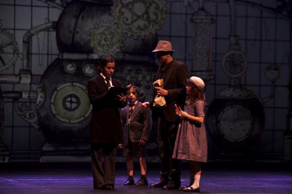 Caractacus Pott y sus hijos en la fábrica de caramelos. Chitty Chitty Bang Bang